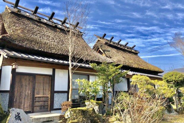 【城ヶ岳、湯山】茅葺き屋根の一軒家風客室(6畳+6畳+縁側)